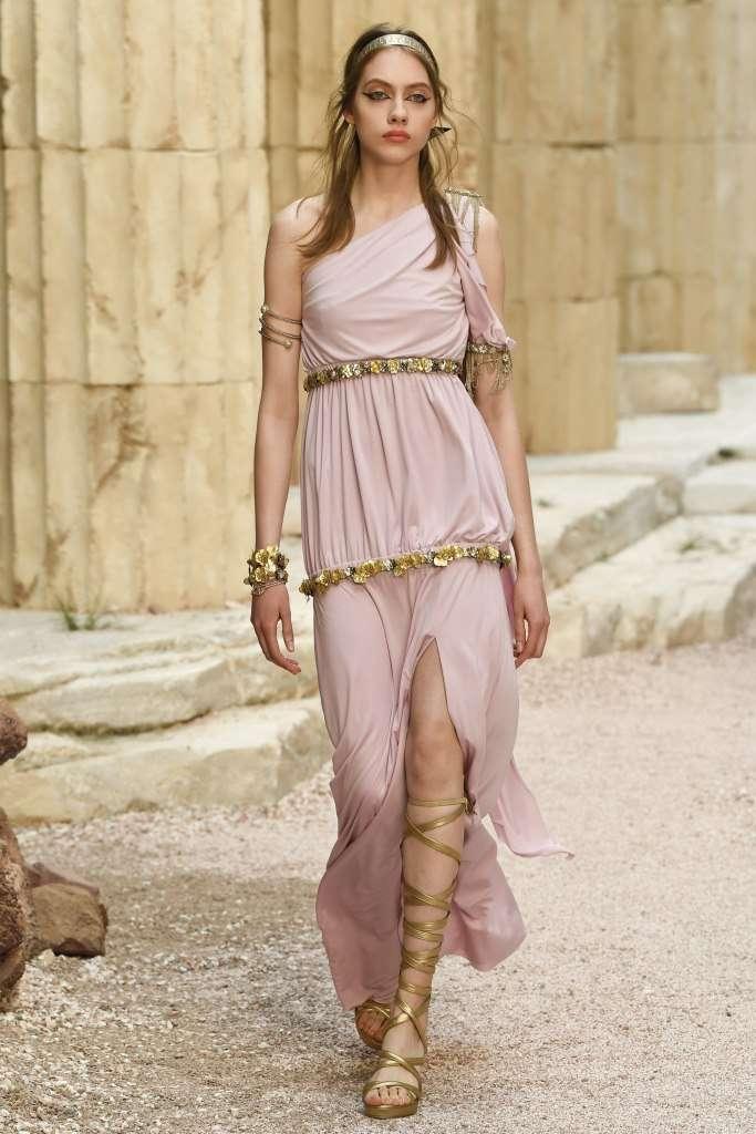abito-rosa-con-decorazioni-chanel