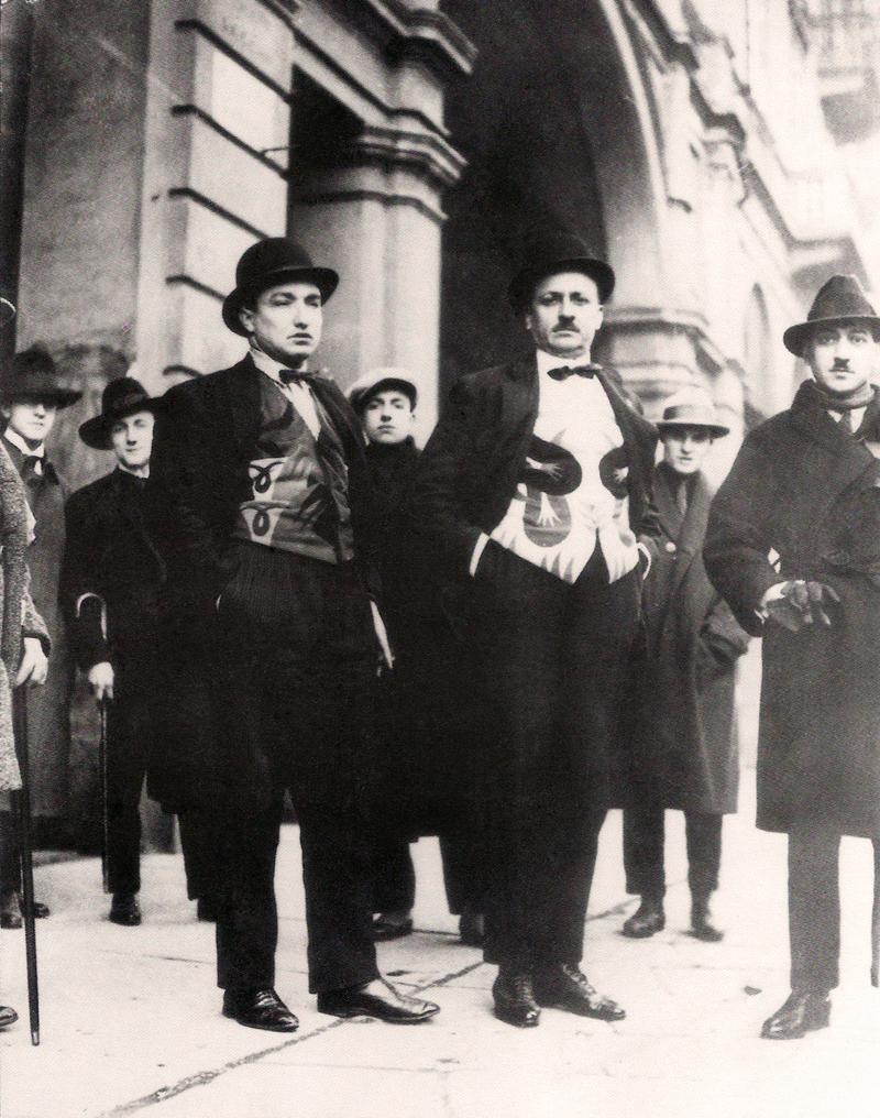 Depero, Marinetti e Cangiullo nel 1924 con panciotti futuristi